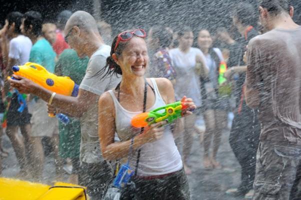 17 - Faire une bataille d'eau pendant Songkran, le nouvel an thaï