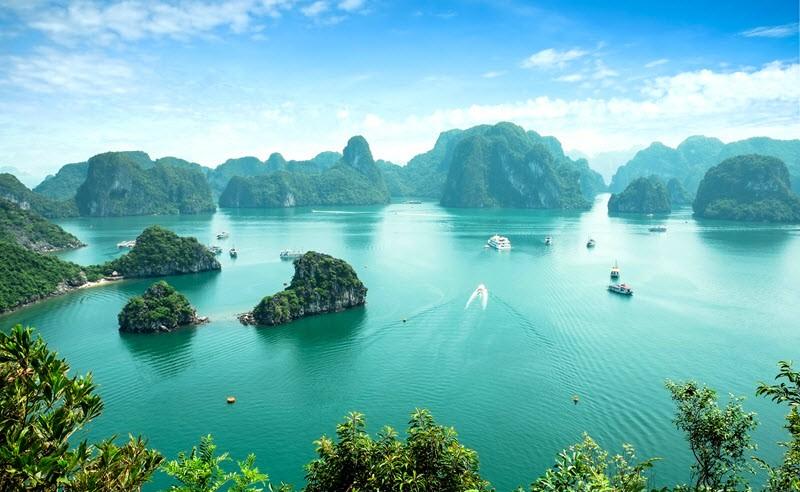 2. Une croisière sur la Baie d'Halong, l'une des sept nouvelles merveilles du monde
