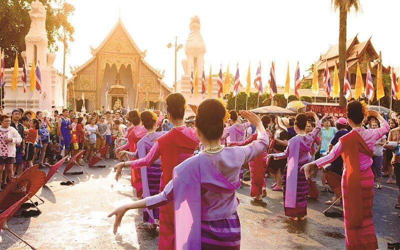 La tradition de Songkran : famille, bénédictions et défilés