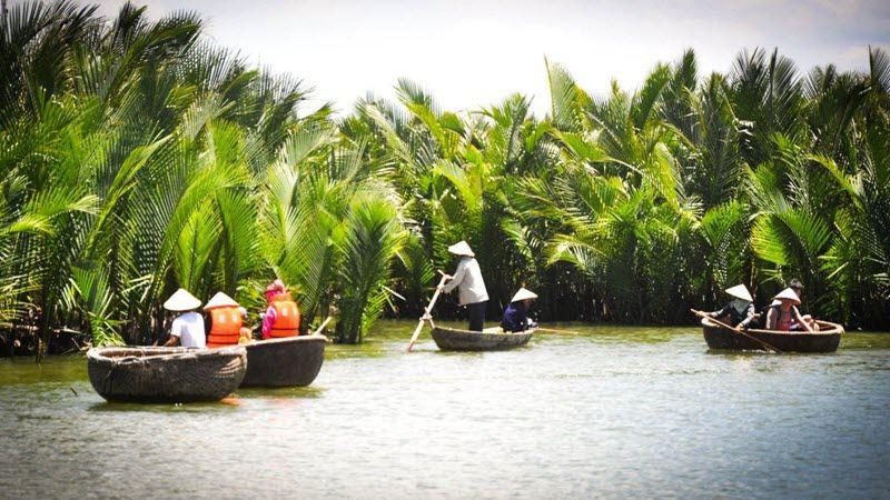 Une balade familiale dans une barque traditionnelle à Hoi An