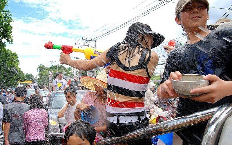Quand la fête de l'eau en Thaïlande devient la plus grande bataille d'eau du monde !