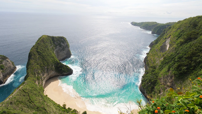 La plage de Kelingking Beach sur Nusa Penida, au large de Bali en Indonésie