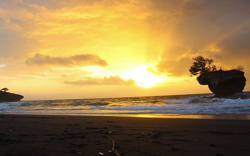 La plage de Pangandaran sur l'île de Java en Indonésie