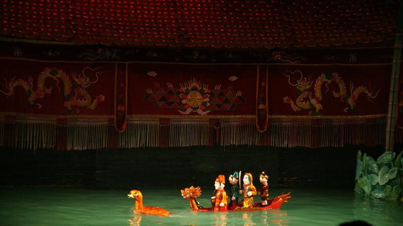 Un spectacle de marionnettes sur l'eau à Hanoï