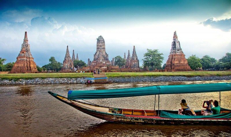 Bateau sur le fleuve Chao Phraya avec vue sur les temples d' Ayutthaya