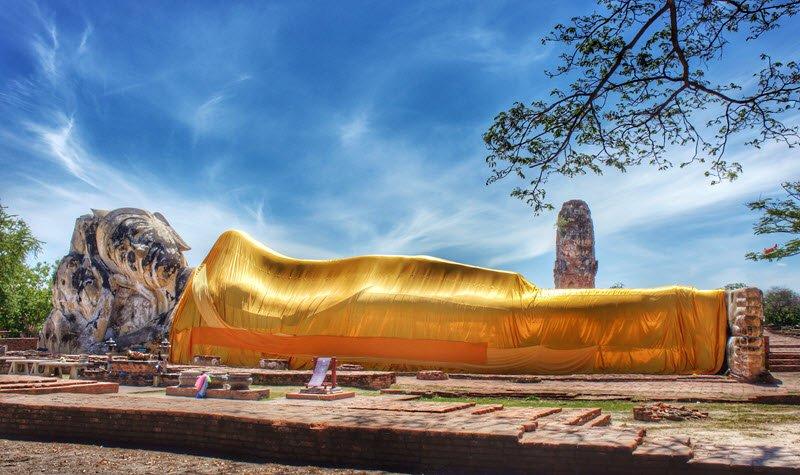 Bouddha couché d'Ayutthaya enveloppé d'un drap doré