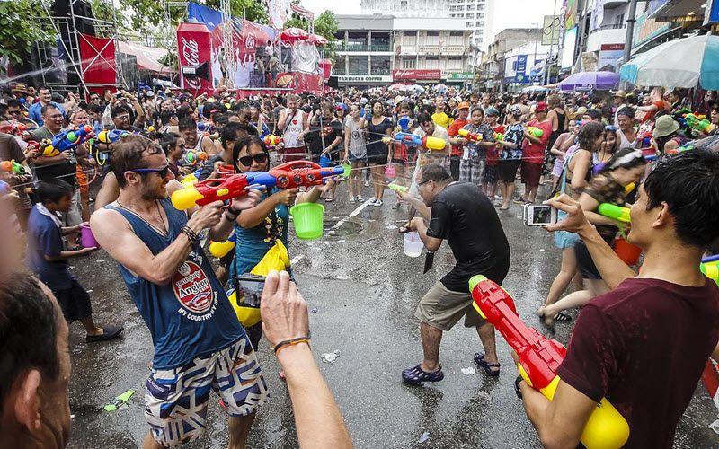 foule à Chiang Mai participant à une bataille d'eau