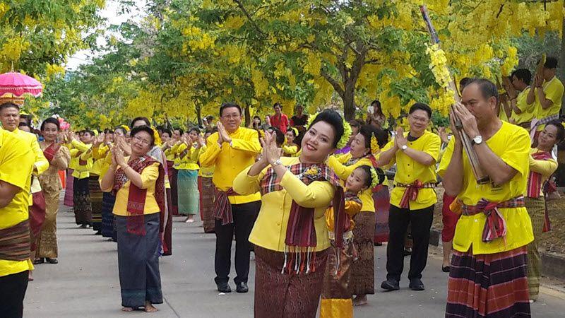procession avec danseurs traditionnels de songkran à Khon Kaen
