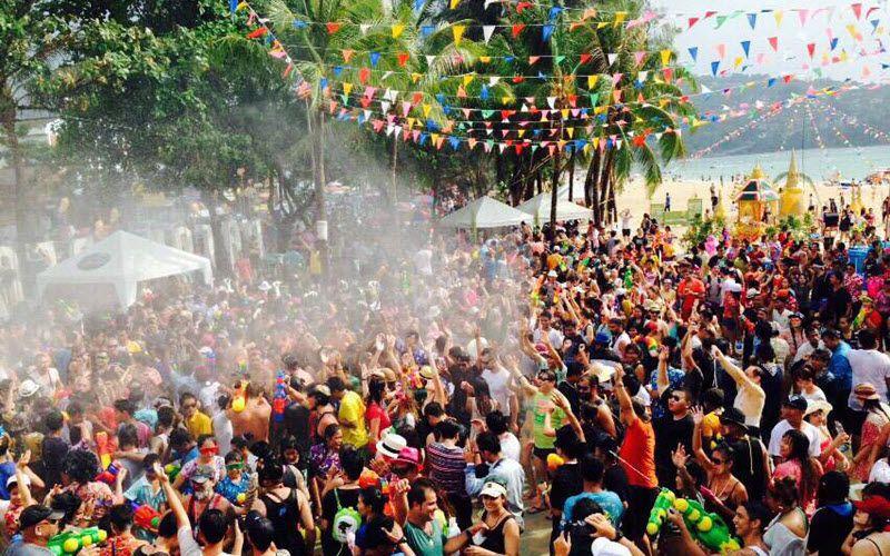 foule participant à la fête de l'eau à Phuket