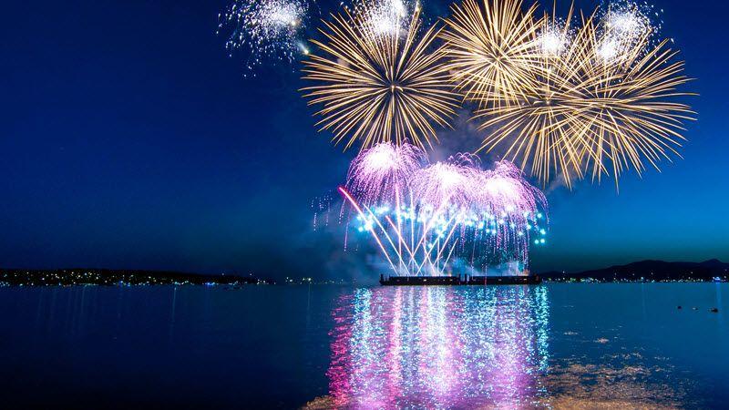 feu d'artifice du nouvel an vietnamien sur un lac