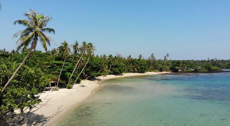 plage de ao kao à koh mak, palmiers et eau turquoise