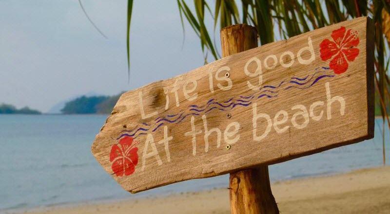 panneau avec écriture sur la plage