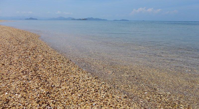 sable et plage de Laem son à Koh Mak