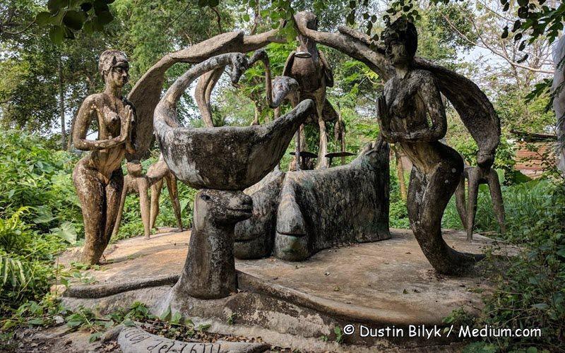 statues en béton créées par l'artiste Somchai